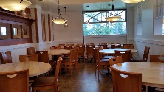 Elkridge, Мэриленд: Plenty of seating in two rooms