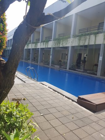 Kuta Station Hotel: Lovely pool area with bar