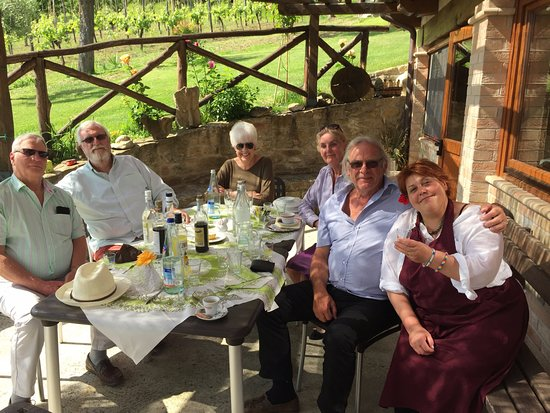 Smerillo, Italia: Friends and family with Mirlea.