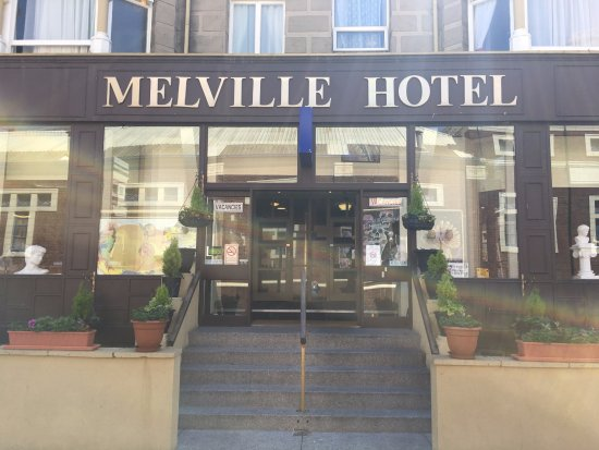 Melville Hotel : Front of hotel.. beautiful flowers!