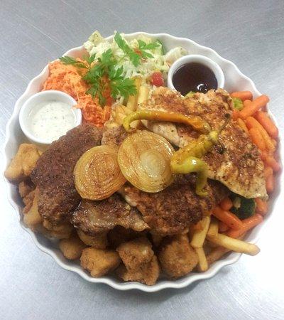 Bilgoraj, Poland: Uczta Szeryfa (danie dla 2-3 osób) mix mięs i warzyw z grilla, kalafior w panierce, frytki, sosy