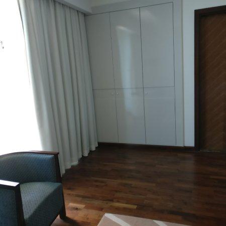 فندق فرازر سويتس: Small room, no space to open luggage