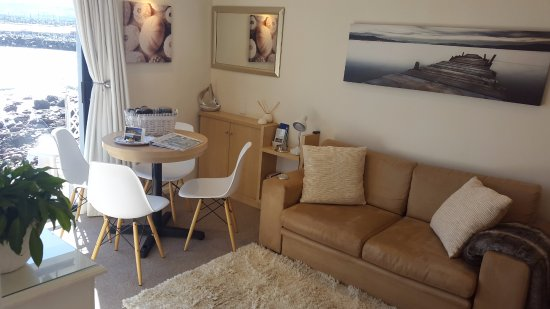 Gordon's Bay, South Africa: Comfortable, convenient Seaside Suite lounge with sea view