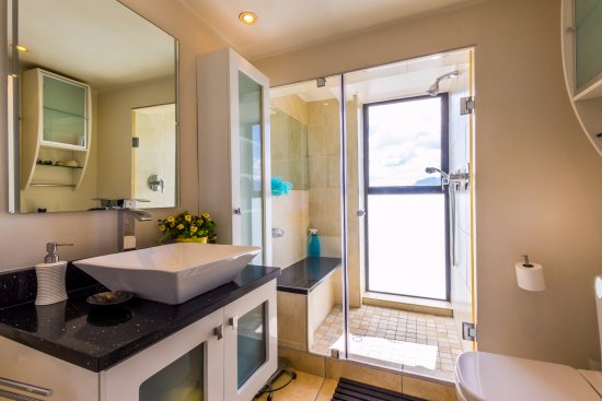 Gordon's Bay, South Africa: Seaside Suite shower-room with magnificent view onto the waves