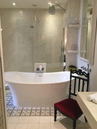 Salle de bains chambre suite avec grande baignoire et douche à l ...