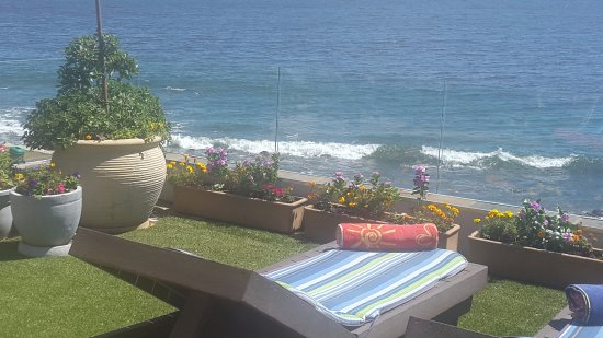 Gordon's Bay, South Africa: Beachside Cottage - barbecue and suntan as waves break around