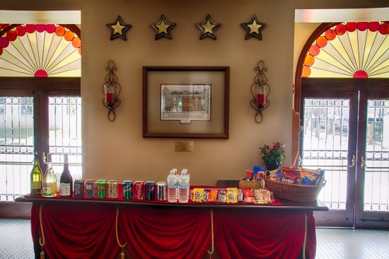 DeLand, فلوريدا: The Athens Theatre concession counter is ready to serve you.