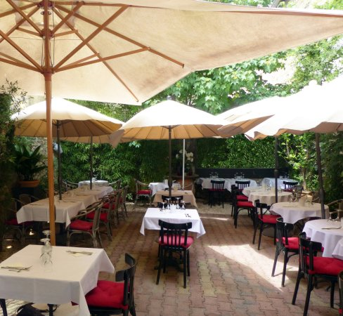 A great meal whether inside or out review of au petit for Le petit jardin uzes