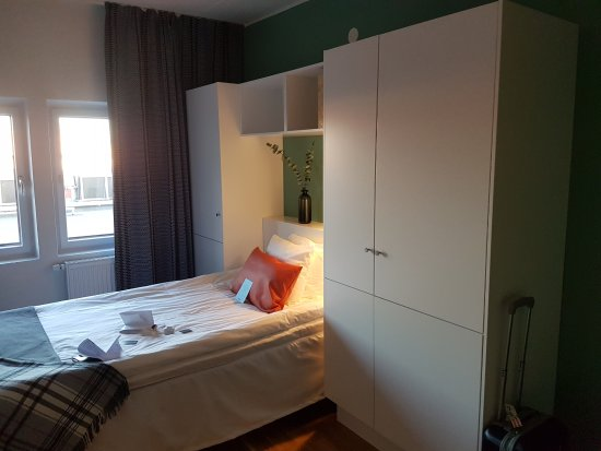 Kista, Suecia: bed and wardrobe