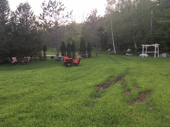 Mendon, VT: Truck tracks in the back lawn area. The grounds were disappointing, would've expected more at a