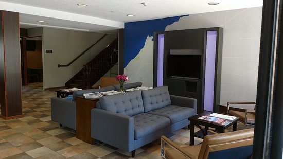 Dunkirk, Νέα Υόρκη: Newly Remodeled Hotel Lobby Sitting Area