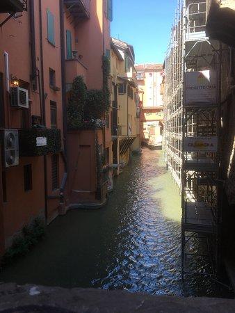 La Piccola Venezia : Outside looking in to the little secret waterway