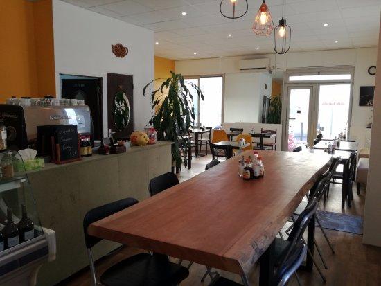 Café Zenji : grande table en bois convivial pour déjeuner ou prendre le café
