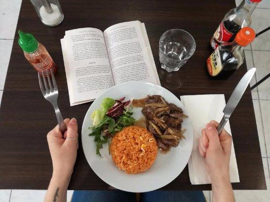 Café Zenji : manger un wok et lire un bouquin à table