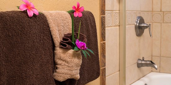 Honu Kai B&B: En Suite bathroom, thick, fluffy towels & soft cotton robes.
