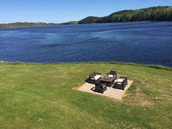 Machias, Μέιν: River side fire pit.  Sit and watch the eagles and seals at play.