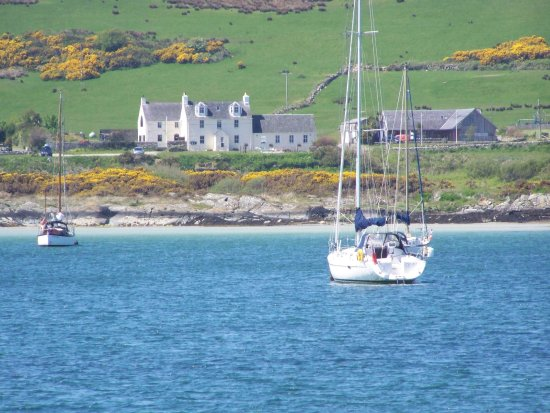 Isle of Gigha, UK: Hotel from Ardminish Bay