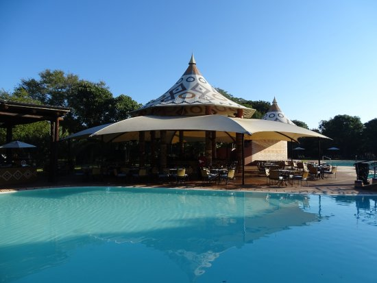AVANI Victoria Falls Resort: Pool and restaurant