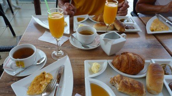 High Square : omelette légére à souhait, viennoiserie et miel, confiture locale, petit pain et Thé