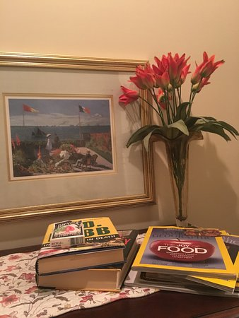 Lyndon House Bed & Breakfast: Lots of reading materials and cute details