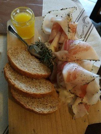 Valprato Soana, Italy: Antipasto: lardo con pane nero e miele millefiori