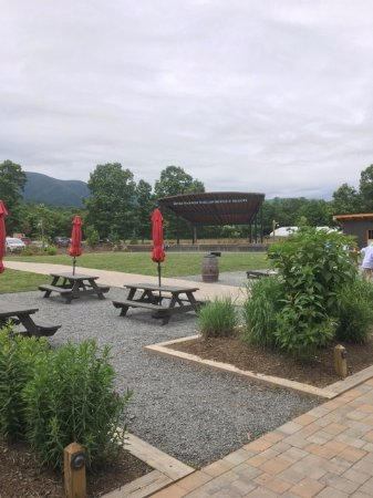 Roseland, VA: Outdoor picnic area and live music stage in the background