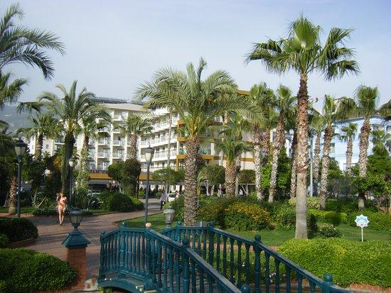 Riviera Hotel & SPA: Außenansich vom Park aus