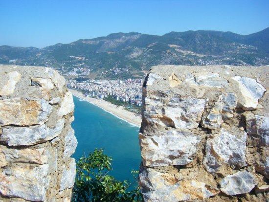 Riviera Hotel & SPA: Blick vom Burgberg auf Kleopatra Strand