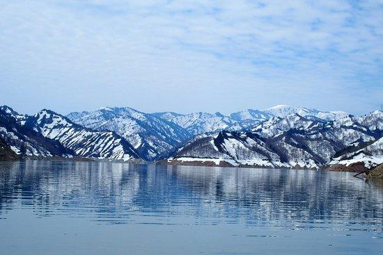 Uonuma, اليابان: 春は湖と山と残雪が楽しめます。