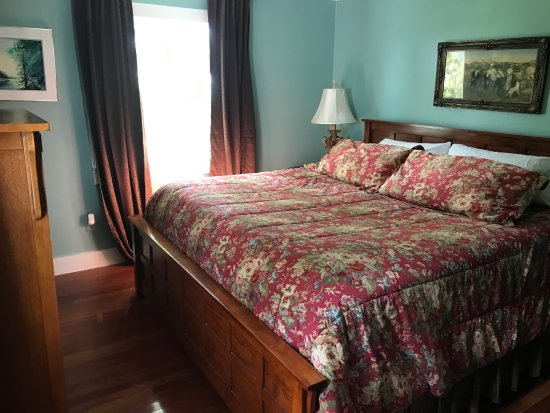 Groton, NY: Cook's Cottage King Bed Room