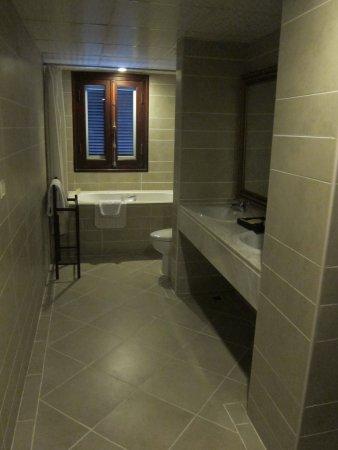 La Dolce Vita Hotel: Salle de bain de la suite