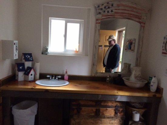 Shingletown, CA: Clean and roomy bathrooms