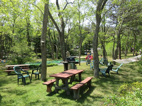 Even'tide Resort Motel and Cottages: Centrally located playground and barbecue area.