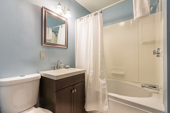 Marblehead, MA: Bathroom: Room 8