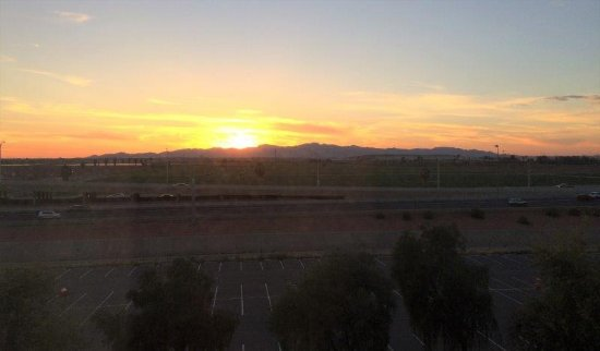 Hampton Inn & Suites Phoenix Glendale - Westgate: Sunset from Room