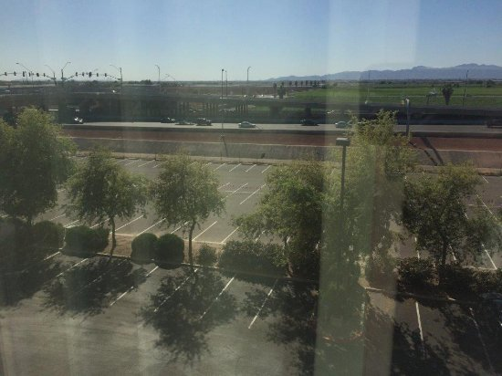 Hampton Inn & Suites Phoenix Glendale - Westgate: Freeway from room