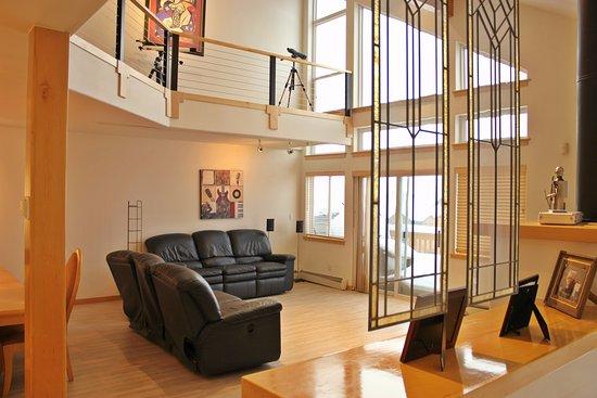 Wildernest Vacation Rentals: Spacious living room at 47 Wildernest Court