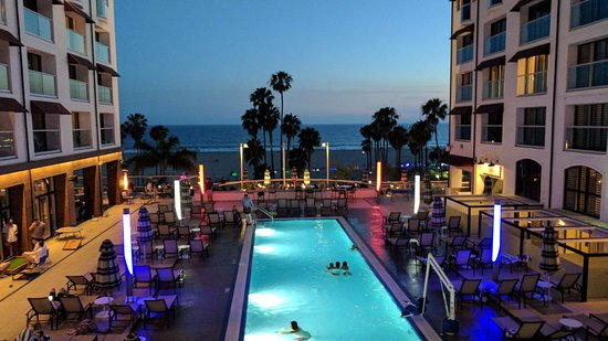 Loews Santa Monica Beach Hotel: Memorial day weekend and our servicemen/women were honored- Red, White and Blue lights. Patrioti