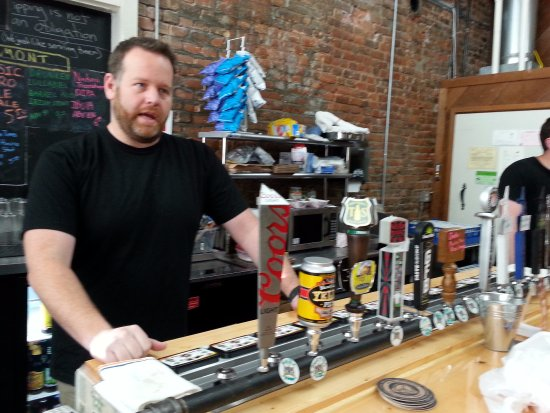 Ione, Kalifornien: Co-owner Mike at the taps