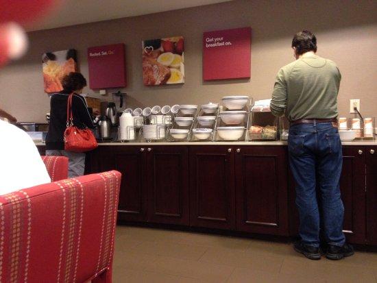 Comfort Suites Newark : Breakfast bar