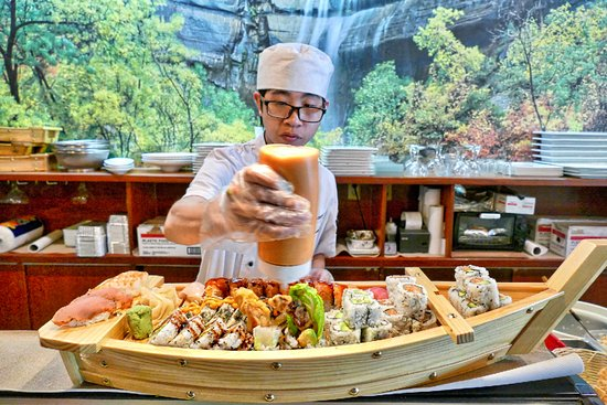 Sora Japanese Restaurant: Hugh puts the finishing touch on a boat!