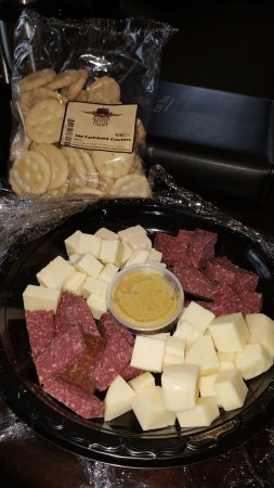 Inn at Kitchen Kettle Village: Cheese, sausage, cracker with mustard provided with the optional Romance Package. Very tasty!