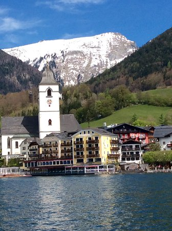 Austrian Alps, Avusturya: A small chapel and houses by the lake