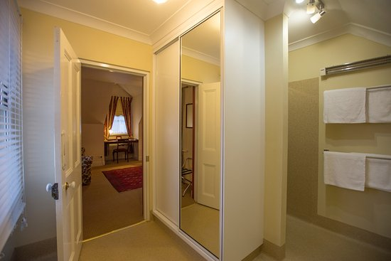 Longford, Australia: Upstairs Queen superior ensuite.