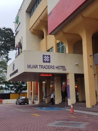 Muar Traders Hotel: Hotel driveway with ample carparks