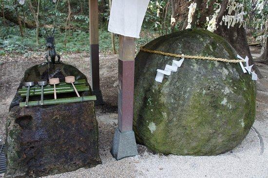 大きな石のご神体 - Picture of Hanano Iwaya Caves, Kumano - Tripadvisor