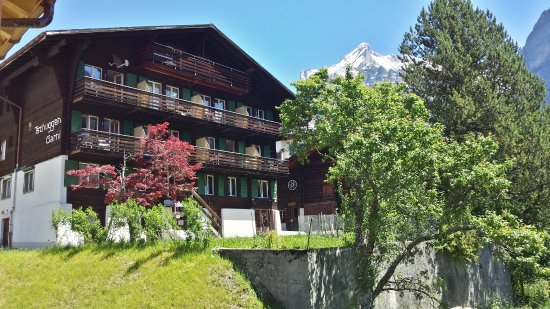 Hotel Tschuggen: Hotel south side with balcony and beautiful Eiger view