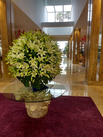 Reina Isabel Hotel: The beautiful fresh flower display in the foyer
