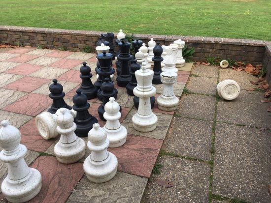 ‪‪Crowhurst Park‬: chess set filthy, and damaged‬