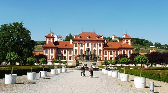 Zámek Troja: Il Castello visto dal giardino